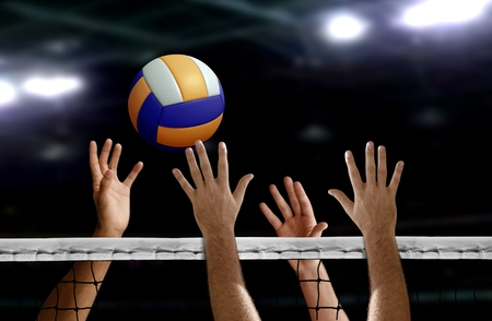 Volleyball spike hand blok over het net Stockfoto
