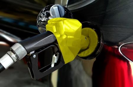 駅でガソリン タンクの燃料補給車