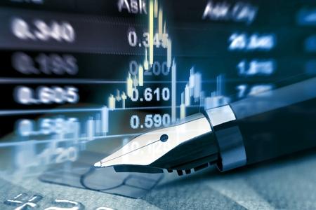 クレジット カードとペンの金融概念を持つ株価チャート