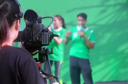 ステージ上の 2 つのプレゼンターを撮影カメラ