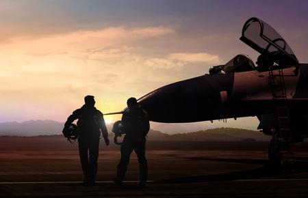 軍用機とシルエット シーンで飛行場のパイロット