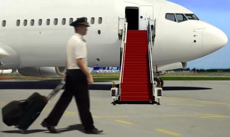 離陸の飛行機パイロット歩いて 写真素材