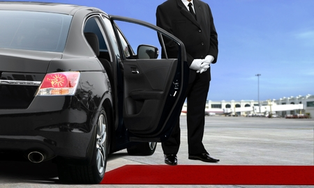 리무진 운전사가 공항에서 기다리고있다. 스톡 콘텐츠