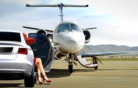 Vrouwen in rood die klaarstaan ??om aan boord van een privéjet te gaan Stockfoto