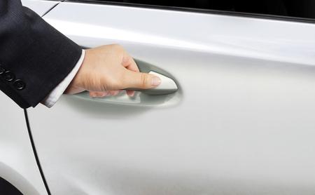 手の開いている車のドア