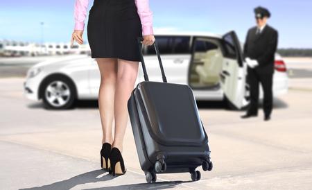 Frauen mit Koffer am Flughafen mit weißen Limousine