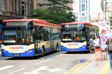 KUALA LUMPUR, MALAYSIA - AUGUST 31, 2015 : People waiting for city bus at a bus stop in city centre 報道画像