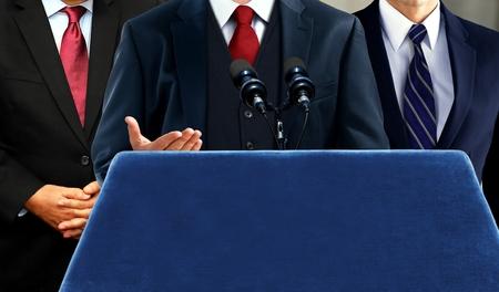 Woordvoerder aan het woord tijdens persconferentie