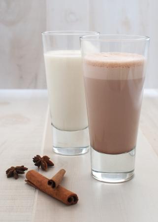 leche y derivados: el chocolate y la leche regular Foto de archivo