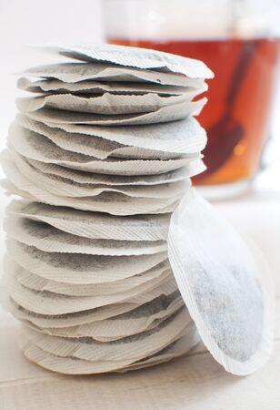 sachets: Bolsas bolsitas de t� y una taza de t� Foto de archivo