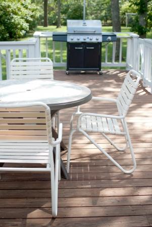patio furniture: Grill e tavolo sul ponte portico