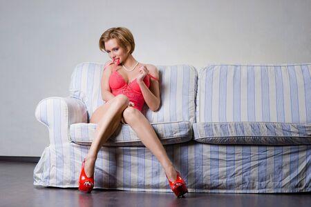 Una joven mujer sexy en el sofá