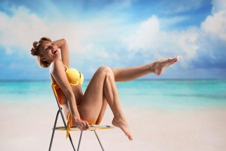 Jonge mooie vrouw genieten van de zon op het strand Stockfoto