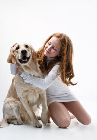 obedience: Ni�a con perro sobre fondo blanco
