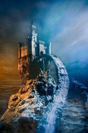 castillo medieval: Antiguo castillo en la colina