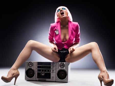 Sexy meisje met een tape-recorder