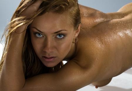 wet nude: Disparo de esbelta muchacha hermosa Foto de archivo