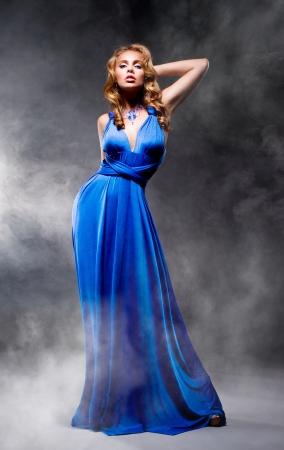 Mooi meisje in blauwe avondjurk Stockfoto