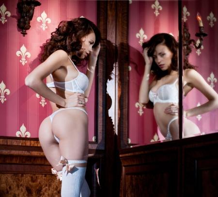 Aantrekkelijk meisje in lacy witte lingerie