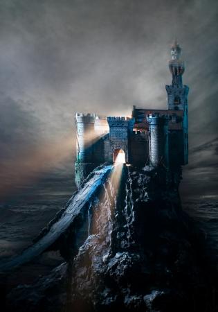 castle rock: Antiguo castillo en la niebla Foto de archivo