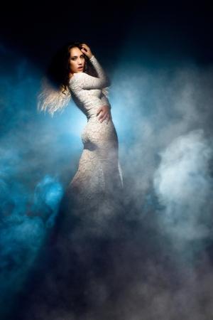 Fantastisch meisje in witte kanten jurk Stockfoto