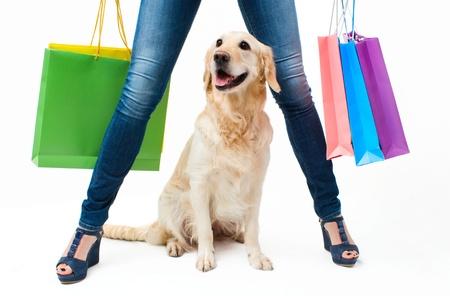 mujer con perro: Muchacha en pantalones vaqueros con el perro y paquetes