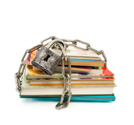 Een stapel boeken achter slot en grendel
