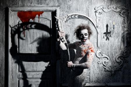 scythe: Fantasma asustadizo una guada�a en la antigua casa Foto de archivo