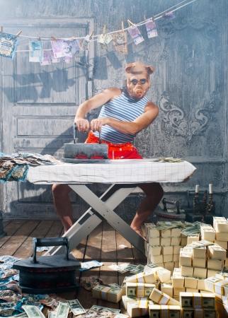 dinero: Hombre de negocios codicioso con el pretexto de la especie porcina Foto de archivo