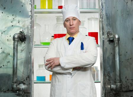 profesar: El qu�mico est� en la entrada al laboratorio
