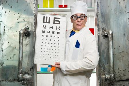 oculista: Oculista divertido con una mesa en el laboratorio