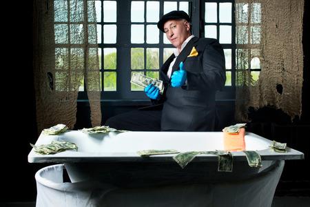 dinero falso: Lavadores de dinero El hombre en el baño