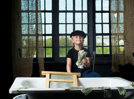 spuria: Little boy detiene il denaro riciclato