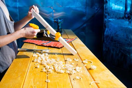 plane table: El carpintero con el plano de afeitado en la mesa