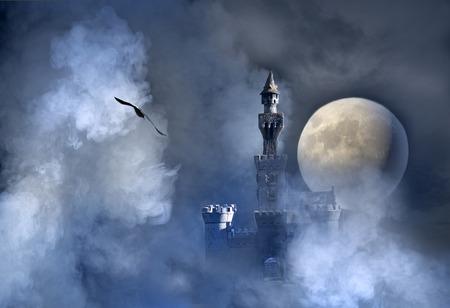 Oud fantasie kasteel in de wolken Stockfoto