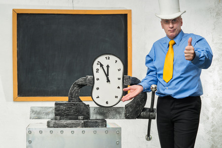 vise: A man grabs a time in a vise