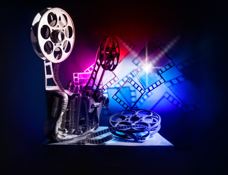 cinta pelicula: proyector de cine con una película de color