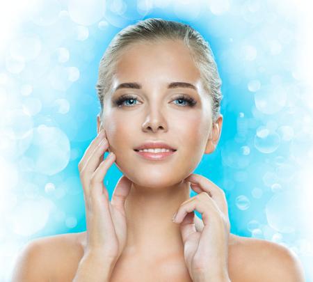 modelos posando: Bello rostro de una mujer joven