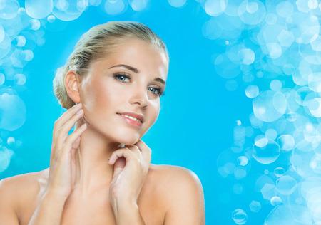 blonde yeux bleus: Beau visage d'une jeune femme Banque d'images