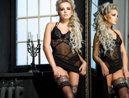 modelo desnuda: Mujer atractiva con una hermosa lencer�a junto a la ventana