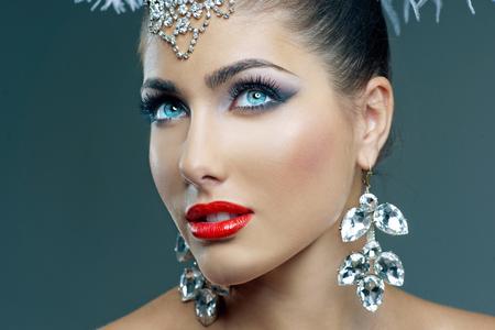光沢のあるアクセサリーと美しい青い瞳の女の子の肖像画