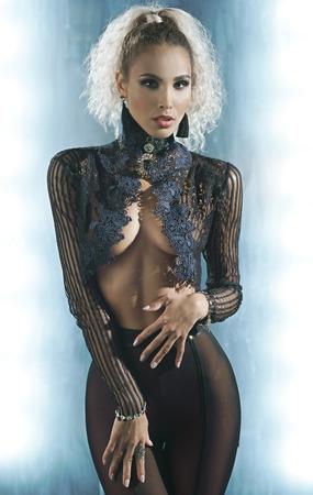 Sexy slanke vrouw in een zwarte transparante lingerie Stockfoto