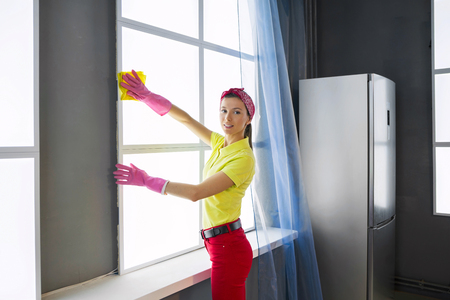 Woman in protective rubber gloves washes the window Banque d'images