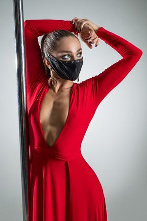 Retrato de una mujer con un vestido rojo con un pilón Foto de archivo