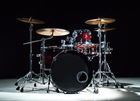 Professioneel drumstel op het podium op de zwarte achtergrond Stockfoto