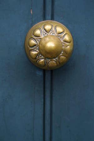 tocar la puerta: mango de edad en la puerta azul Foto de archivo