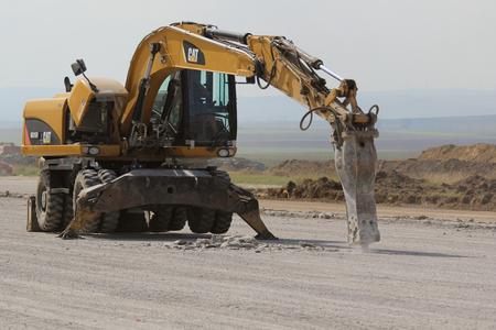 トゥルチャ、ルーマニア - 9 月 26 日: ドナウ ・ デルタ国際空港拡張の一部として滑走路建設現場で油圧破砕ハンマー速報コンクリートは 26,2015 でト