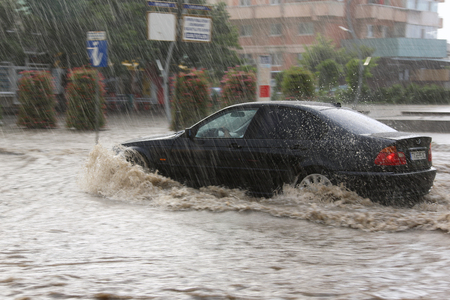TULCEA, ROEMENIË - JULI 15: Europese stad overspoeld tijdens een hevige regen op 15 juli 2017 in Tulcea, Roemenië Redactioneel