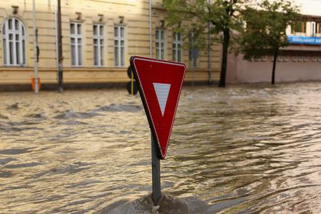 TULCEA, ROEMENIË - 15 JULI: Europese stad overspoeld tijdens een zware regen op 15 juli 2017 in Tulcea, Roemenië