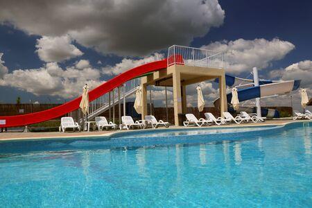 DANUBE DELTA, ROEMENIË - JULI 10: Waterparkdia en zwembad in een luxetoevlucht in de Delta van Donau op 10 Juli, 2016 in de Delta van Donau, Roemenië Stockfoto - 82473012